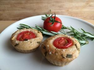 Herzhafte Focaccia Muffins mit Rosmarin und Tomate
