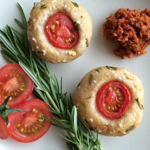 herzhafte focaccia muffins mit tomaten knoblauch und rosmarin miss made. Black Bedroom Furniture Sets. Home Design Ideas